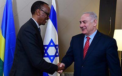 Le Premier ministre Benjamin Netanyahu, à droite, avec le président rwandais Paul Kagame au Forum économique mondial de Davos, en Suisse, le 24 janvier 2018 (Crédit: GPO)