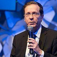 Le président de l'opposition Isaac Herzog prend la parole devant un groupe d'experts lors du Forum économique mondial de Davos, en Suisse, le 25 janvier 2018. (Courtesy)