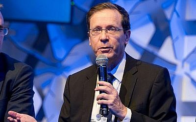 Le président de l'opposition Isaac Herzog prend la parole devant un groupe d'experts lors du Forum économique mondial de Davos, en Suisse, le 25 janvier 2018. (Crédit : autorisation)