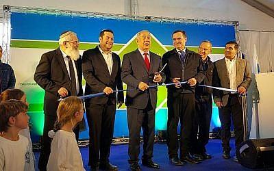 Le Premier ministre Benjamin Netanyahu (c) coupe le ruban lors de la cérémonie d'inauguration d'une nouvelle route de contournement dans le nord de la Cisjordanie le 30 janvier 2018. (Conseil régional de Samarie)