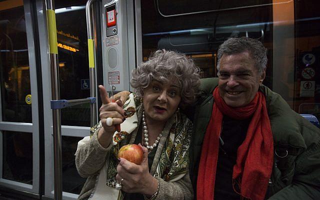 Hana Laslo, à gauche, et Amos Gitai lors d'une prise du film 'Jerusalem Light Rail,' le dernier film de Gitai (Autorisation :  Amos Gitai)