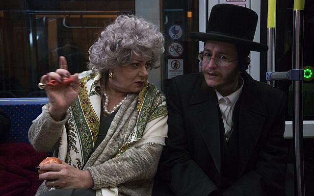 Hana Laslo, à gauche, et Haim David, à droite, dans 'The Jerusalem Light Rail' (Autorisation : Amos Gitai)
