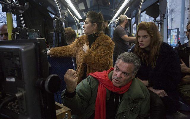 Yuval Sherf, à gauche, et Keren Mor dans le tramway dans le film 'Jerusalem Light Rail' (Autorisation : Amos Gitai)