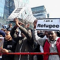 Des manifestants érythréens scandent «Des réfugiés, pas des infiltrés» devant l'ambassade du Rwanda, à Herzliya, le 22 janvier 2018 (Melanie Lidman / Times of Israël)