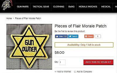 """Une applique en forme d'étoile jaune, avec les mots """"Gun Owner"""" sur le site Tacticalshit.com. (Capture d'écran)"""