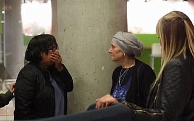 Les soeurs Ofra Mazor, à gauche, et Varda Fuchs se rencontrent pour la première fois (Autorisation : MyHeritage)