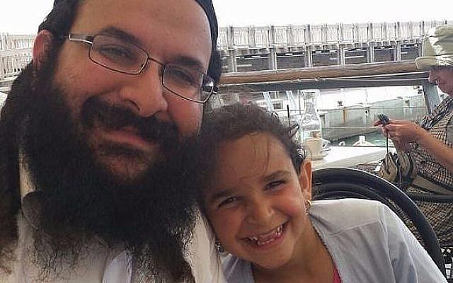 Le rabbin Raziel Shevach avec sa fille, photo non-datée (Autorisation de la famille)