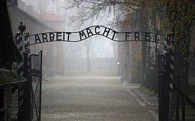 """Vebeke, le négationniste flamand nie l'utilisation des chambres à gaz d'Auschwitz pour l'extermination des juifs. Ici, l'inscription allemande tristement célèbre : """"Le travail rend libre"""" à la porte principale du camp d'extermination d'Auschwitz I, le 15 novembre 2014 à Oswiecim, en Pologne. (Christopher Furlong/Getty Images via JTA/File)"""