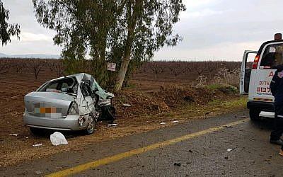 La voiture écrasée dont la conductrice a été tuée après une collision avec un véhicule de police dans le nord d'Israël, le 17 janvier 2018 (Crédit : Magen David Adom)