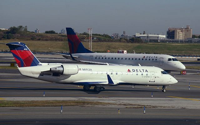 Deux jets de la compagnie Delta à l'aéroport de LaGuardia à New York, en octobre 2017. (Robert Alexander / Getty Images via JTA)