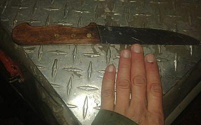 Un couteau découvert par les soldats appartenant à un Palestinien qui a tenté d'approcher des soldats israéliens au carrefour de Beit Anun en Cisjordanie, le 1er janvier 2018 (Crédit :  Armée israélienne)
