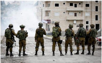 Des soldats israéliens ripostent aux émeutiers palestiniens du camp de réfugiés d'Al-fawwar, près de Hébron dans le sud de la Cisjordanie, le 31 décembre 2017. (Wisam Hashlamoun/Flash90)