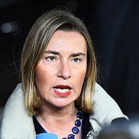 La cheffe de la politique étrangère de l'UE Federica Mogherini arrive à la Commission européenne à Bruxelles pour une réunion du conseil des affaires étrangères, le 22 janvier 2018 (Crédit : AFP PHOTO / EMMANUEL DUNAND)