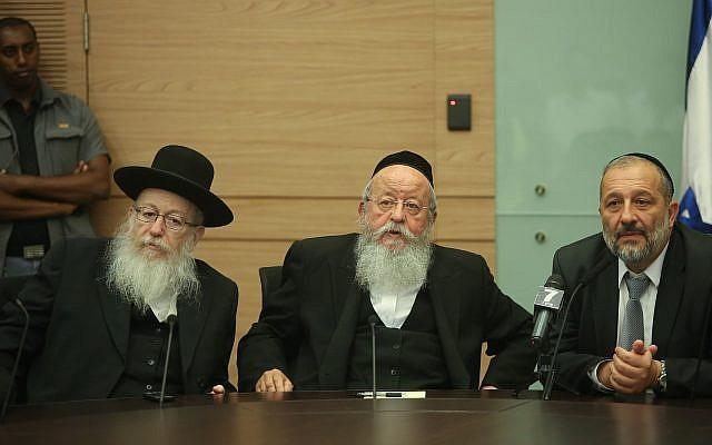Les partis YaHadout HaTorah et Shas lors d'une réunion d'urgence à la Knesset concernant la décision prise par la Cour suprême sur l'exemption des ultra-orthodoxes du service militaire obligatoire, le 13 septembre 2017 (Crédit : Flash90)