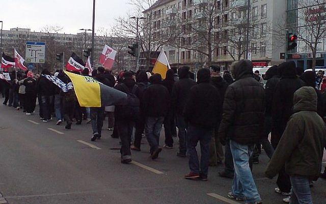 Des néo-nazis allemands lors d'un rassemblement à Dresde, 2009 (Crédit : Wikimedia Commons)