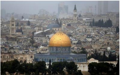 Photo prise depuis le Mont des Oliviers, montrant la vieille ville de Jérusalem avec au centre le Dôme du Rocher, le 6 décembre 2017. (AFP Photo/Ahmad Gharabli)