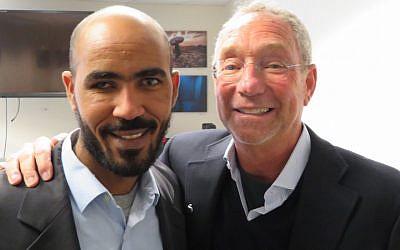 Yikealo Beyene, à gauche, réfugié érythréen et Joey Low, philanthrope juif américain à Washington, le 8 janvier 2018 (Crédit : Ron Kampeas via JTA)