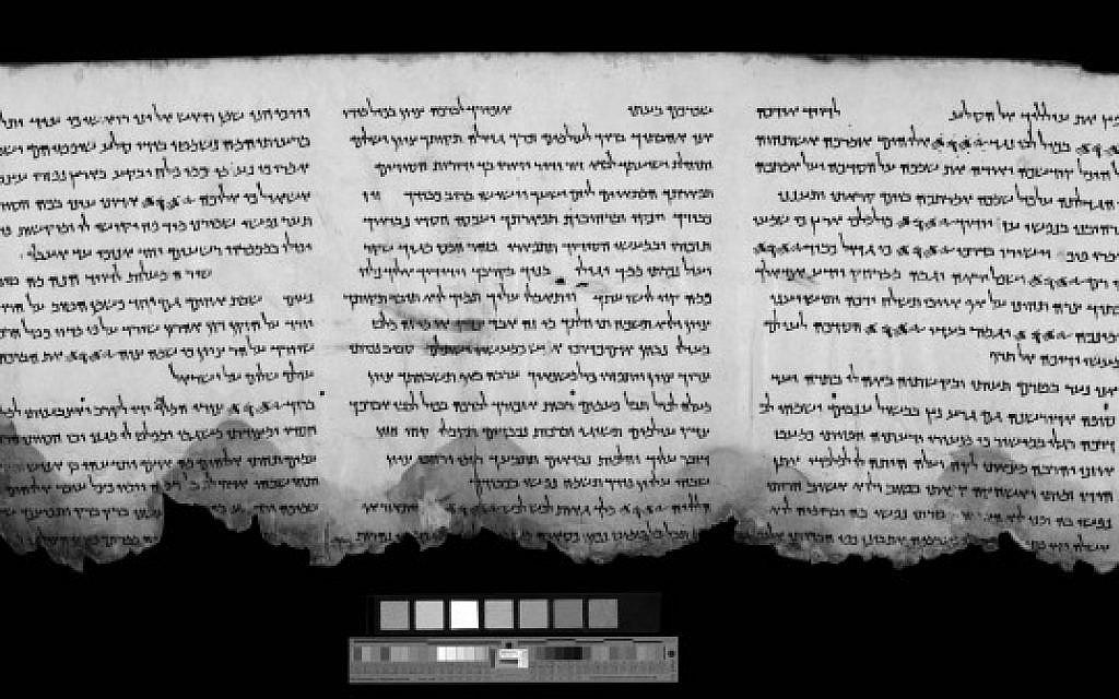 Une image infra-rouge d'une section du livre des Psaumes trouvée à Qumran. Les mors de la marge inférieure en noir ont été rendus visibles par les équipements d'imagerie de l'AAI, d'abord développé par la NASA (Autorisation : Autorité des antiquités israéliennes)