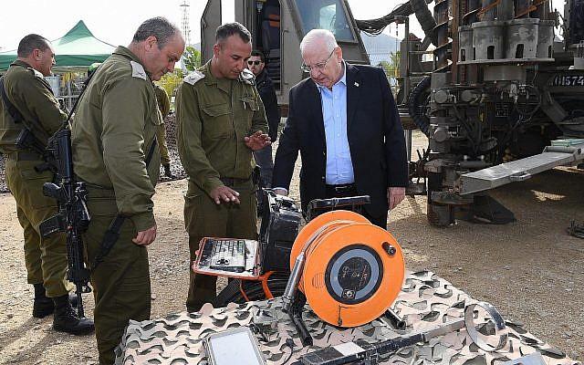 Le chef d'Etat-major et le président Reuven Rivlin durant une visite de la zone frontalière de Gaza, le 21 janvier 2018 (Crédit : Mark Neiman / GPO)
