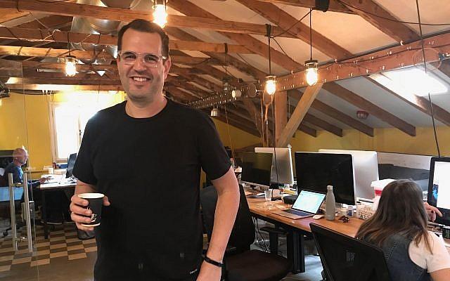 Le cofondateur de Lemonade Shai Wininger dans son bureau de Tel Aviv, le 20 décembre 2017 (Crédit : Shoshanna Solomon/Times of Israel)
