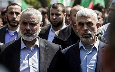 Yahya Sinwar (à droite), le nouveau dirigeant du Hamas dans la bande de Gaza et le haut responsable du Hamas Ismail Haniyeh assistent aux funérailles du dirigeant du Hamas Mazen Faqha dans la ville de Gaza le 25 mars 2017. (Photo AFP / Mahmud Hams)