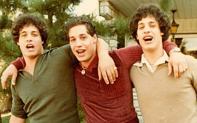 "David Kellman, Eddy Galland et Bobby Shafran apparaissent dans ""Three Identical Strangers"", un film de Tim Wardle qui fait partie de la sélection officielle du prix du meilleur documentaire américain au festival du film de Sundance 2018 (Autorisation :  Sundance Institute)"