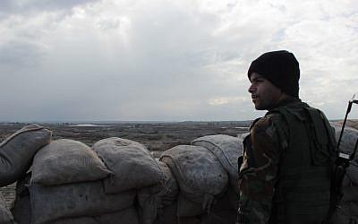 En février 2016 un soldat peshmerga monte la garde dans un fortin surplombant le Tigre. Ce fleuve est alors la ligne de front entre les combattants de Peshmergas et de Daesh. (Crédit: Pierre-Simon Assouline)