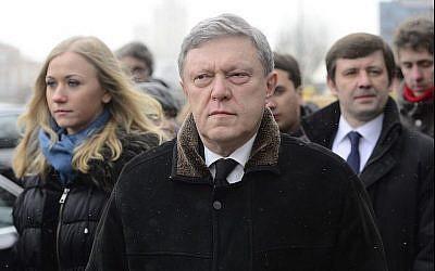 Le politicien russe Grigory Yavlinsky assiste à une cérémonie en hommage au leader de l'opposition tué Boris Nemtsov au Centre Saharovsky à Moscou, le 3 mars 2015. (Agence Sefa Karacan / Anadolu / Getty Images via JTA)