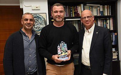 Liev Schreiber (au centre) reçoit un cadeau du président de l'université de Tel Aviv, Joseph Klafter (à droite) et de Raz Joseph, qui dirige l'école de cinéma et de télévision de l'université (Crédit : Autorisation Yisrael Hadari)