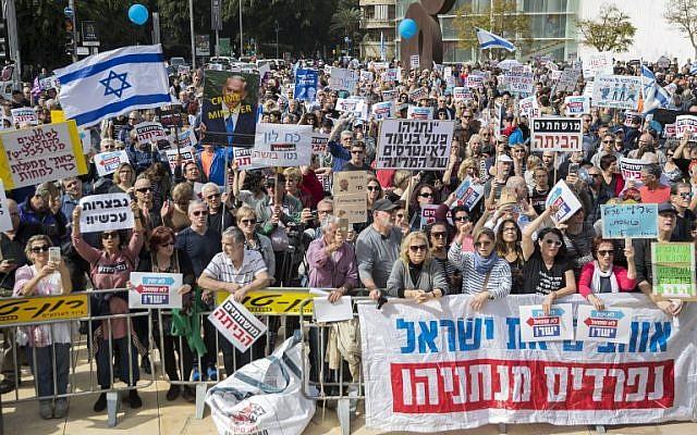 Quelques milliers d'Israéliens réclament à Tel Aviv la démission du Premier ministre Benjamin Netanyahu, le 16 février 2018. (Crédit : AFP / JACK GUEZ)