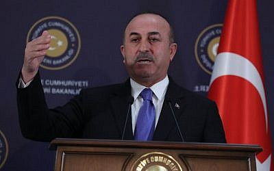 Le ministre turc des Affaires étrangères, Mevlut Cavusoglu, lors d'une conférence de presse à l'issue d'une réunion à Ankara, en Turquie, le 16 février 2018(Crédit : AFP PHOTO / ADEM ALTAN)