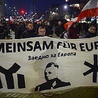 Des militants d'extrême droite défilent aux flambeaux lors d'une marche en l'honneur du général bulgare pro-nazie Hristo Lukov à Sofia le 17 février 2018. (AFP Photo/Nikolay Doychinov)