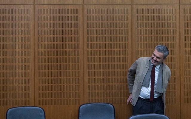 """L'accusé John Ausonius, connu également sous le surnom de """"Laserman"""", dans une salle d'audience d'une cour de district de  Frankfurt am Main, à l'ouest de l'Allemagne, le 13 décembre 2017 (Crédit :/ AFP PHOTO / dpa / Boris Roessler )"""