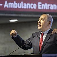 Le Premier ministre Benjamin Netanyahu  lors de l'inauguration d'une nouvelle salle d'urgences à l'hôpital Barzilai d'Ashkelon, le 10 février 2018 (Crédit :  AFP Photo/Jack Guez)