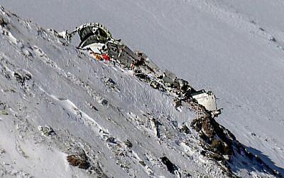 Cette photo prise le 20 février 2018 montre l'épave d'un avion qui s'est écrasé en montagne deux jours plus tôt, en Iran. Le vol EP3704 d'Aseman Airlines a disparu des radars alors qu'il survolait la chaîne de montagnes de Zagros le 18 février, environ 45 minutes après son décollage de Téhéran sur un vol domestique. (AFP PHOTO / Agence de presse Mizan / Mohammed KHADEMOSHEIKH)