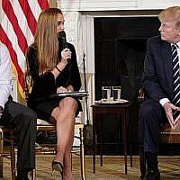 """Le président américain Donald Trump participe à une """"séance d'écoute"""" sur la violence armée avec des enseignants et des étudiants dans la salle à manger d'État de la Maison Blanche le 21 février 2018. (AFP Photo/Mandel Ngan)"""