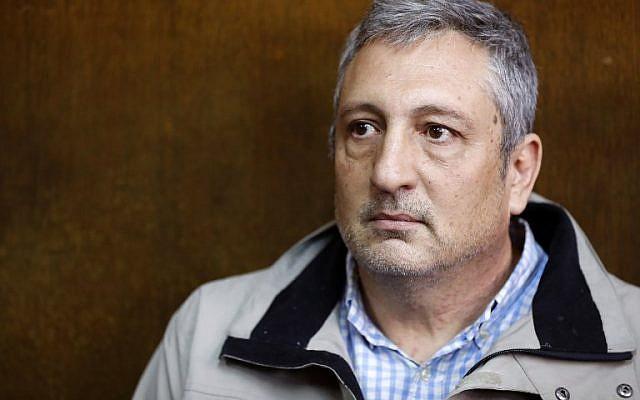 Nir Hefetz devant le tribunal de Tel Aviv dans l'une des enquêtes impliquant Netanyahu, le 22 février 2018 (Crédit : / AFP PHOTO / JACK GUEZ)