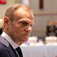 Le président du conseil européen Donald Tusk, au centre, arrive à un déjeuner lors d'une réunion informelle des 27 chefs d'Etat et de gouvernement de l'UE au siège du conseil de l'Union européenne de Bruxelles, le 23 février 2018 (Crédit : AFP PHOTO / Ludovic MARIN)