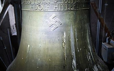 """Une cloche datant de l'époque des nazis arborant une croix gammée et les mots -  """"Tout pour la patrie - Adolf Hitler"""" (""""Alles fuer's Vaterland - Adolf Hitler"""") à l'église  St Jakob de Herxheim am Berg, dans l'ouest de l'Allemagne, le 19 mai 2017 (Crédit :  AFP PHOTO / dpa / Uwe Anspach )"""