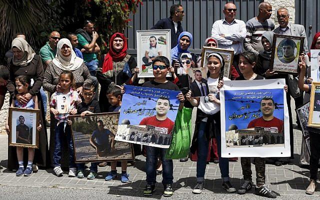 Des familles de Palestiniens emprisonnés dans les prisons israéliennes devant les bureaux de l'Union européenne à Jérusalem-Est, le 27 avril 2017 (Crédit : AFP/AHMAD GHARABLI)