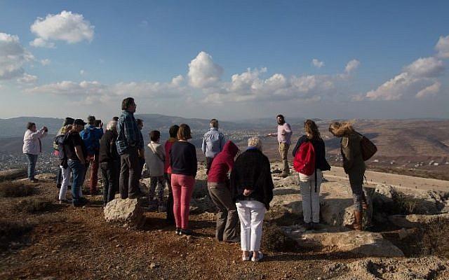 Nati Rom, président de la fondation  Lev Haolam foundation, guide un groupe de chrétiens européens durant une visite de l'(avant-poste israélien d' Esh Kodesh en Cisjordanie, le 10 novembre 2015 (Crédit :  Menahem Kahana/AFP)