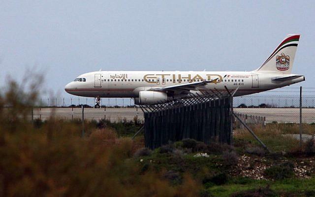 Un avion d'Etihad Airways sur la piste de l'aéroport de Larnaca, ville portuaire du sud de Chypre, le 10 janvier 2015 (AFP / Hasan Mroue)