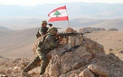 Une photo prise le 17 août 2017, lors d'une visite guidée par l'armée libanaise, montre des soldats en position dans une zone montagneuse près de la ville orientale de Ras Baalbek lors d'une opération contre des combattants djihadistes. (AFP PHOTO / STRINGER)