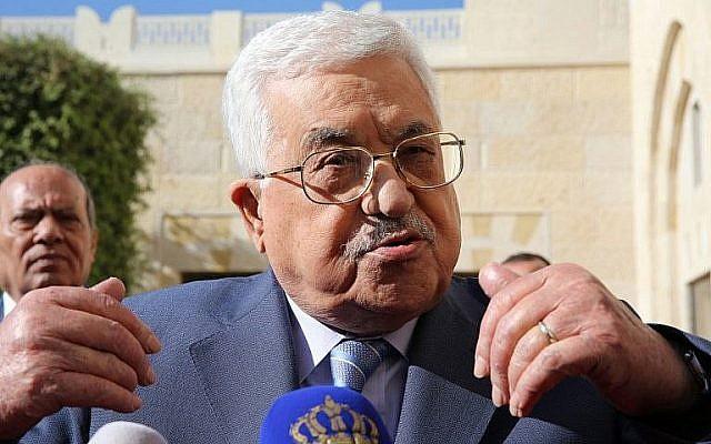 Le dirigeant palestinien Mahmoud Abbas s'adresse à la presse après avoir rencontré le roi de Jordanie au palais royal d'Amman le 22 octobre 2017 (Crédit : Photo AFP / Khalil Mazraawi)