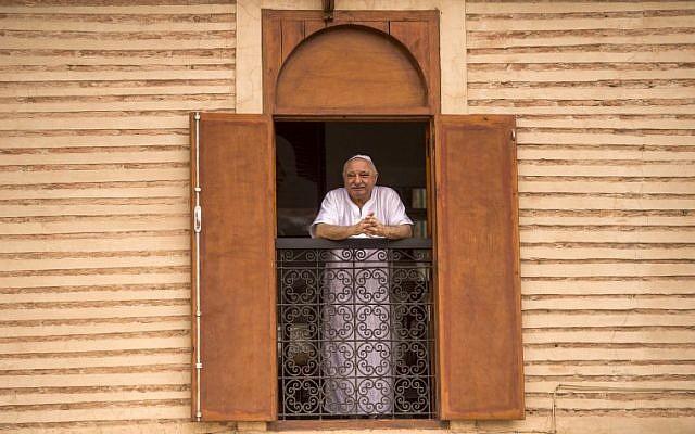 """Un juif marocain regarde par la fenêtre de sa maison dans le quartier juif """"Mellah"""" de la Médina de Marrakech, le 13 octobre 2017. (Crédit : AFP / FADEL SENNA)"""