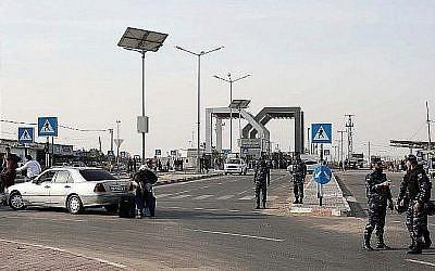 Le poste-frontière de Rafah avec l'Egypte, sous le contrôle de l'Autorité palestinienne, dans le sud de la bande de Gaza, le 18 novembre 2017 (Crédit : AFP/Said Khatib)