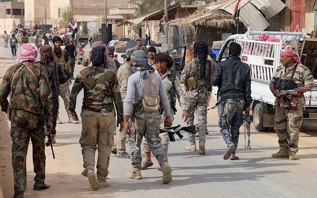 Des forces irakiennes pro-gouvernementales réunies à Rawa le 18 novembre 2017 après la reprise par les fortes de la ville de la vallée de l'Euphrate aux mains des djihadistes de l'Etat islamique (Crédit : AFP PHOTO / Suleiman al-ANBARI)