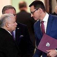 Mateusz Morawiecki (à droite), Premier ministre polonais, serre la main de Jaroslaw Kaczynski, leader du parti PiS (Droit et Justice), au palais présidentiel de Varsovie, le 8 décembre 2017 (AFP / Janek Skarzynski)
