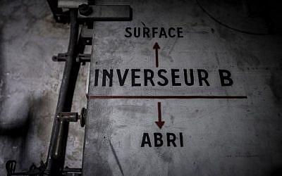 Cette photo prise le 23 janvier 2018 montre un panneau sur une porte indiquant le bunker (flèche pointant vers le bas) et la surface (flèche pointant vers le haut) d'un bunker de la Seconde Guerre mondiale situé sous la Gare de l'Est dans la capitale française Paris. / PHOTO AFP / Philippe LOPEZ