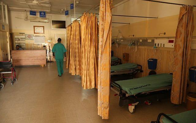 Un employé du ministère palestinien de la Santé vérifie l'hôpital de Beit Hanoun dans le nord de la bande de Gaza après qu'il a été fermé le 29 janvier 2018 n'ayant plus d'électricité (Crédit : Mahmud Hams / AFP)
